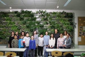 Gruppenfoto vor der fertig bepflanzten Wand - © Projektteam GRÜNEzukunftSCHULEN